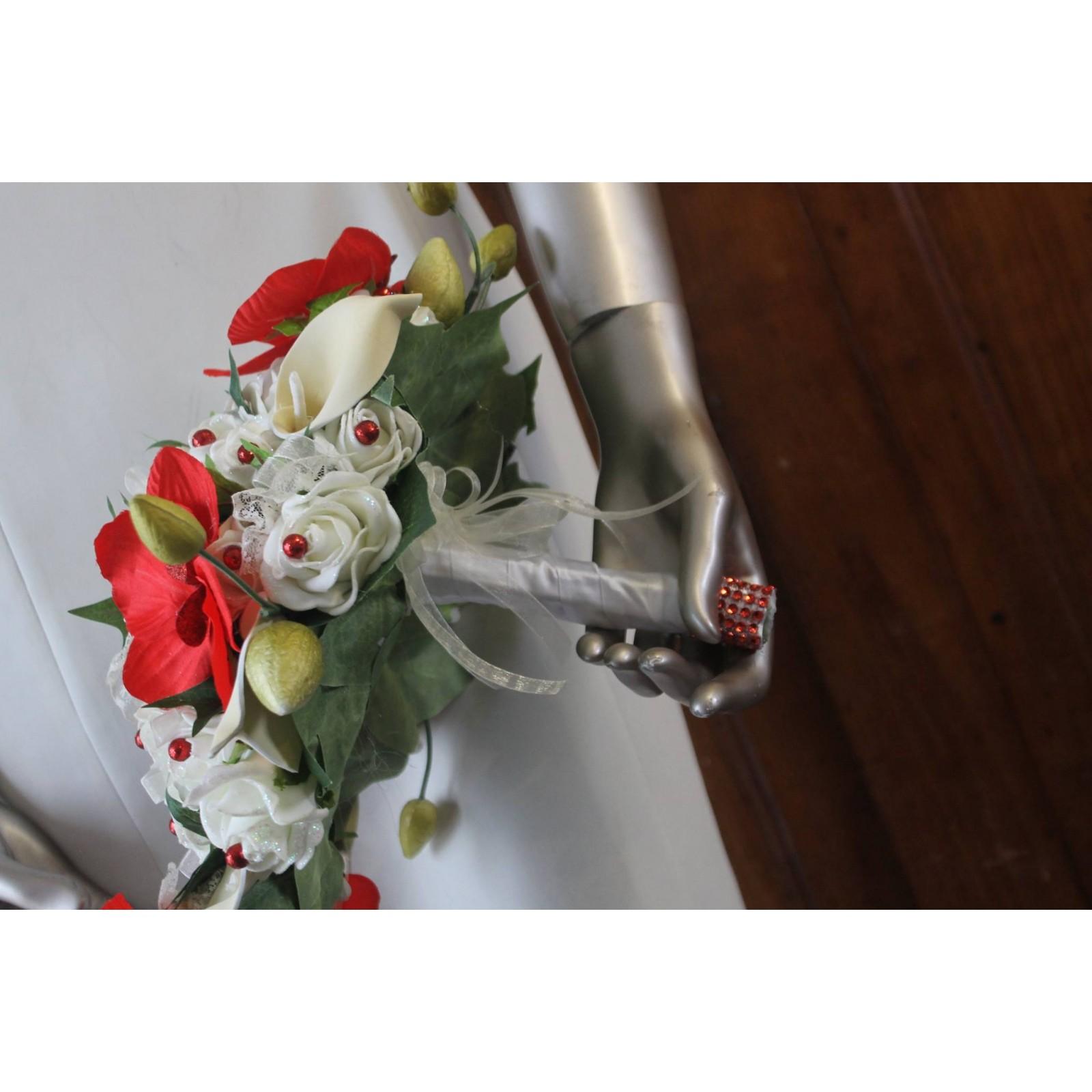 bouquet de fleurs mariee cascade thème arums et orchidées rouges