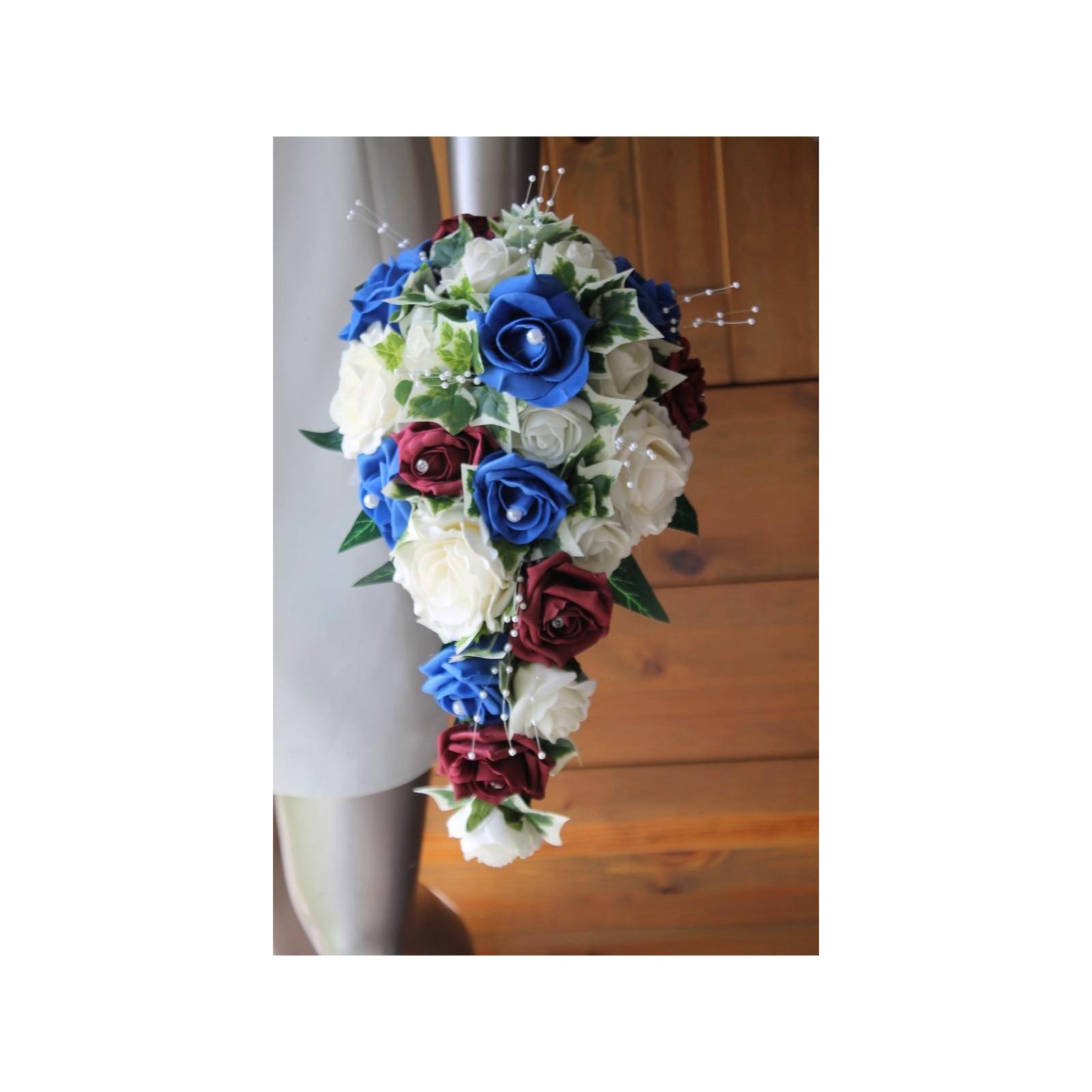 bouquet mariage cascade thème bleu, bordeaux avec de belles roses