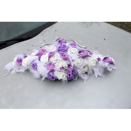 Décoration voiture de mariage plumes blanc, parme arums et roses