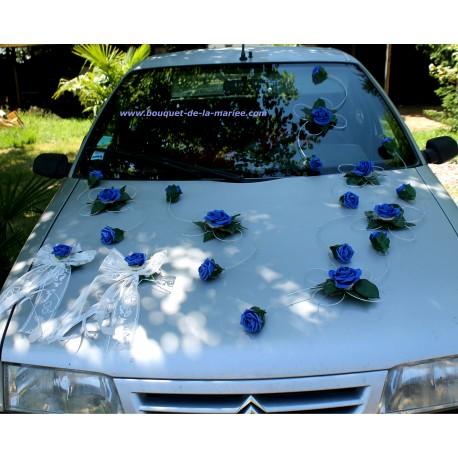 Compositions florales voiture de mariage roses bleu royale