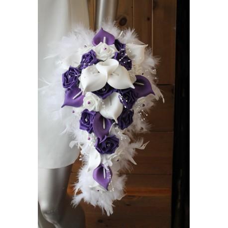 Bouquet de mariée blanc et prune arums et plumes