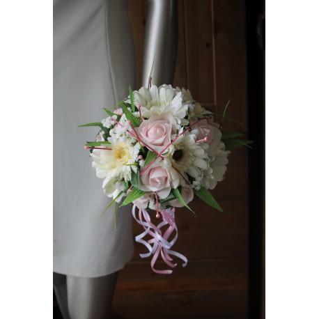 Bouquet des marguerites et roses perles