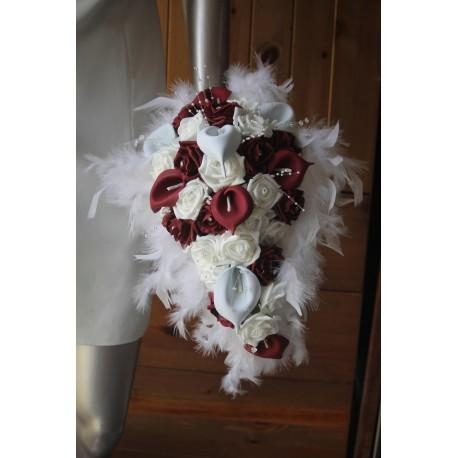 Bouquet De Fleurs Tombant Avec De Beaux Arums Bordeaux