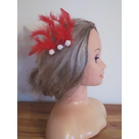 peigne de cheveux pour mariage avec des roses et des plumes bouquet de la mariee. Black Bedroom Furniture Sets. Home Design Ideas