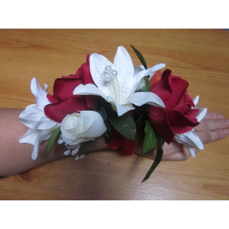 bracelet de fleurs pour mariage fait avec des roses lys et des perles bouquet de la mariee. Black Bedroom Furniture Sets. Home Design Ideas