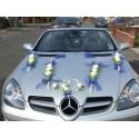 Décoration voiture pour mariage faite de rotin et de belles roses