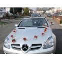 Décoration voiture de mariage avec des œillets et du rotin rouge