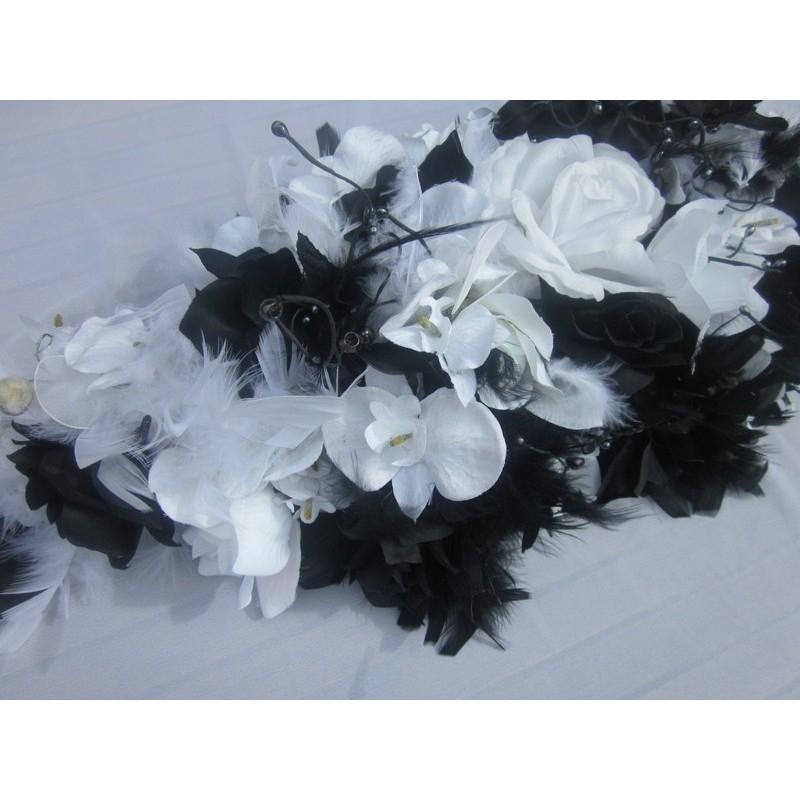 d coration pour voiture de mariee faite avec des roses et orchid es bouquet de la mariee. Black Bedroom Furniture Sets. Home Design Ideas