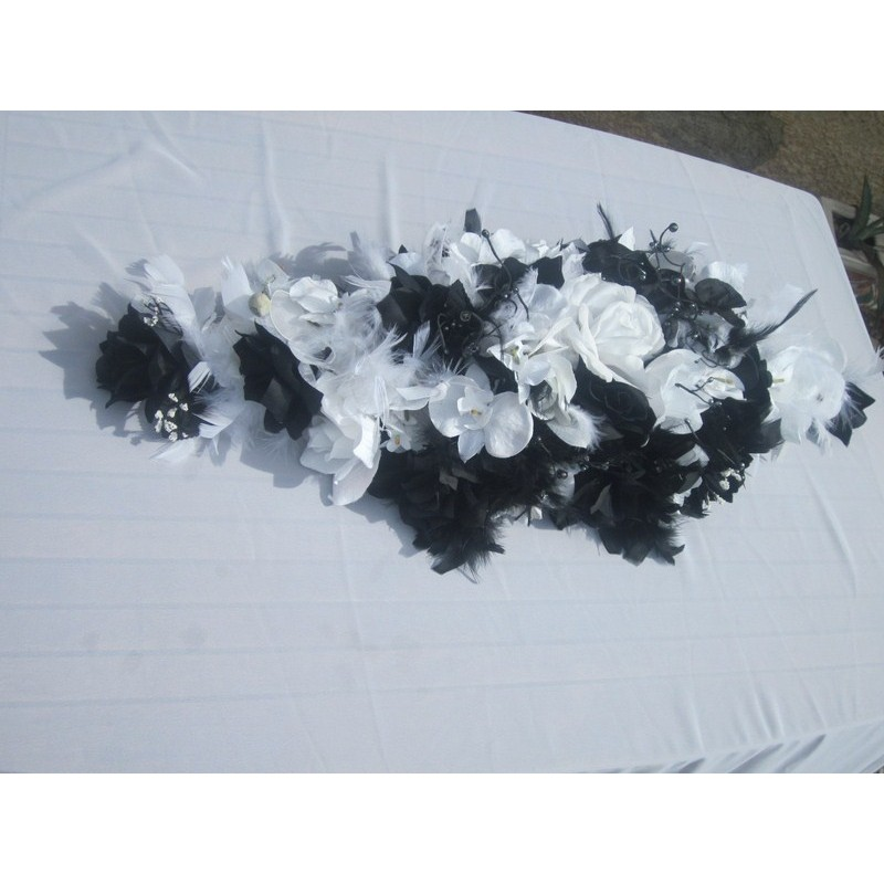 D coration pour voiture de mariee faite avec des roses et - Decoration voiture mariage noir et blanc ...