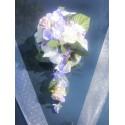 Composition de fleurs pour la voiture de mariage thème parme,ivoire
