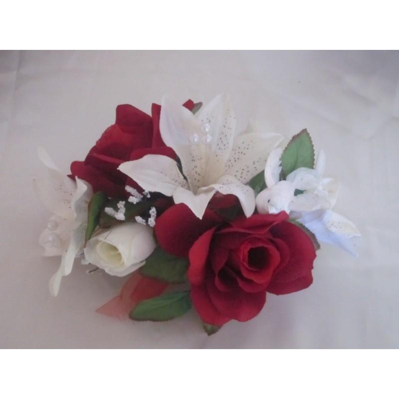 D coration table mariage th me bordeaux avec lys et roses for Decoration avec des roses