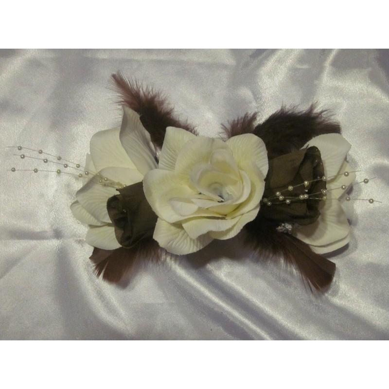 bracelet de fleurs pour mariage avec des roses plumes et perles bouquet de la mariee. Black Bedroom Furniture Sets. Home Design Ideas
